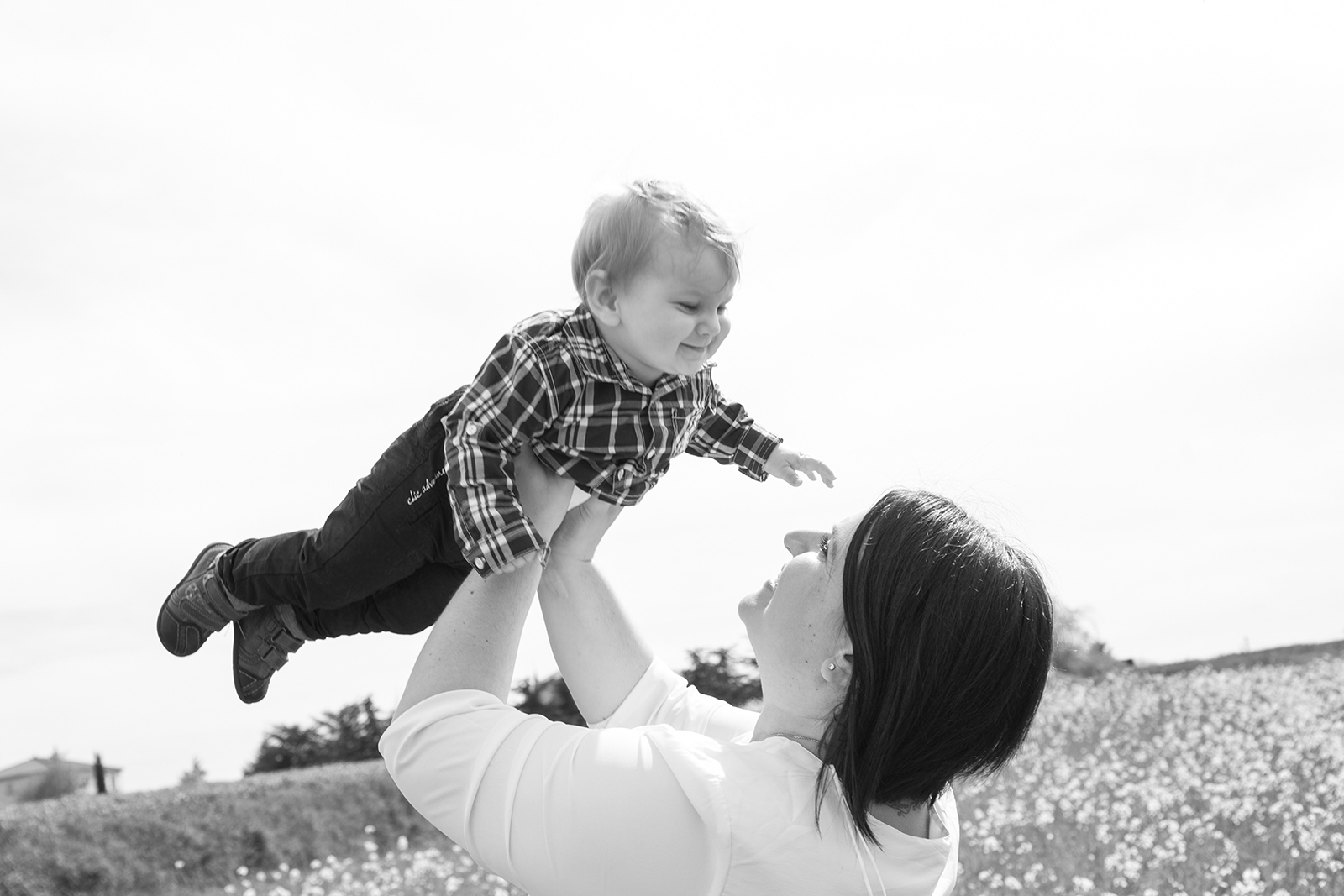 Photo noir et blanc maman et son fils
