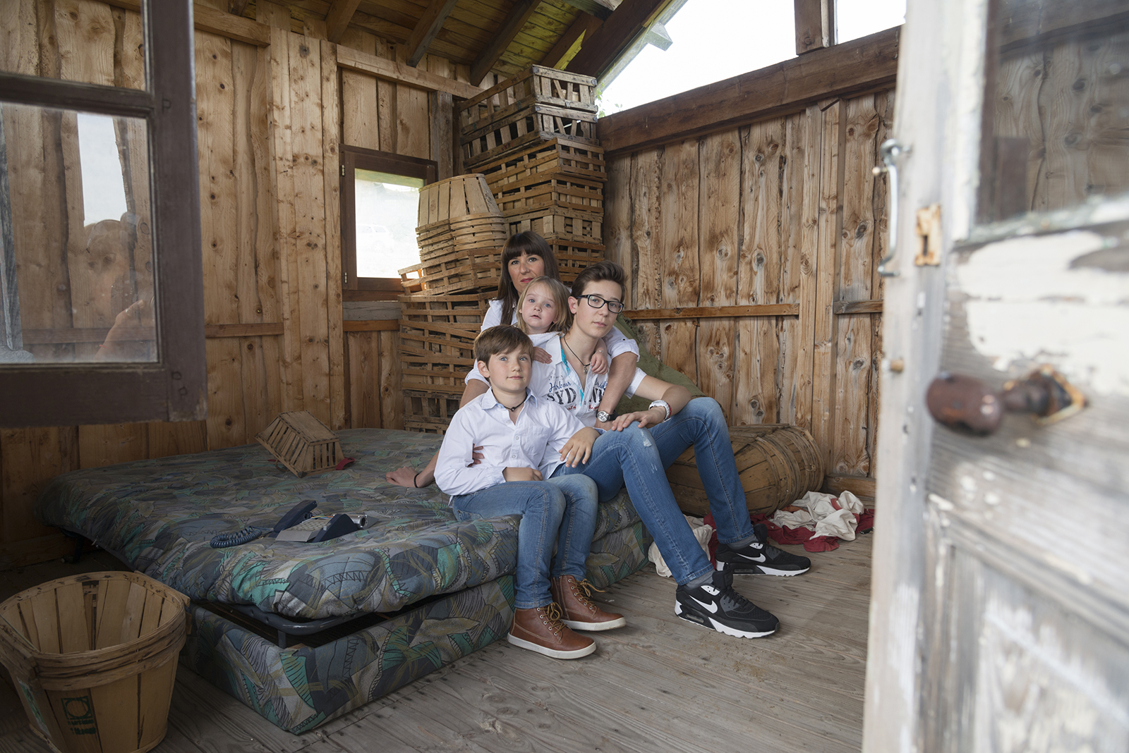 famille dan une cabane en bois