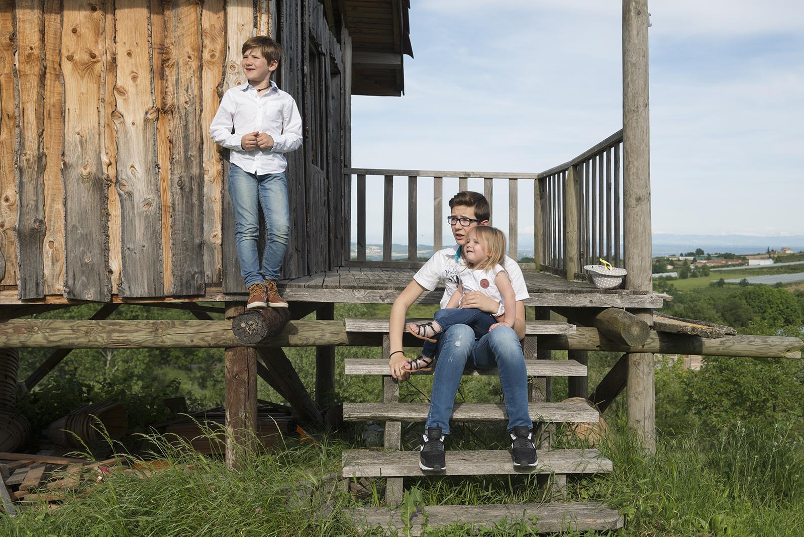 3 enfants sur le parvis d'une cabane