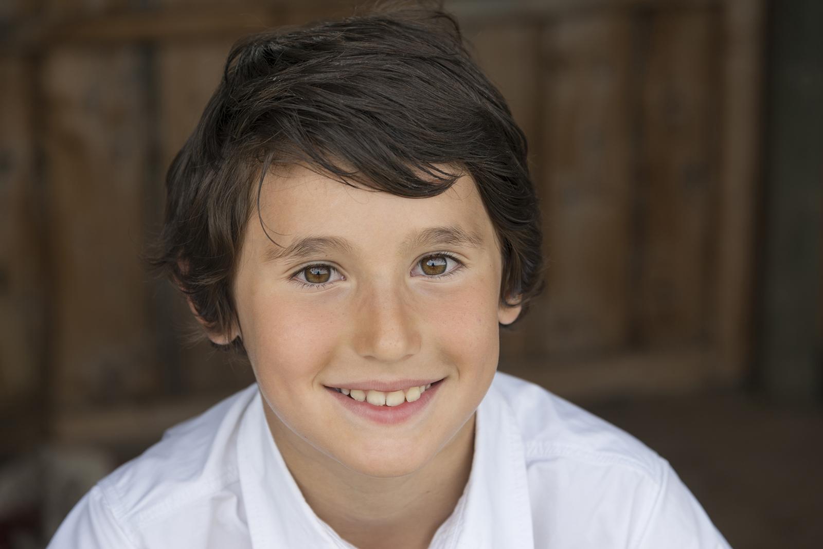 jeune garçon brun