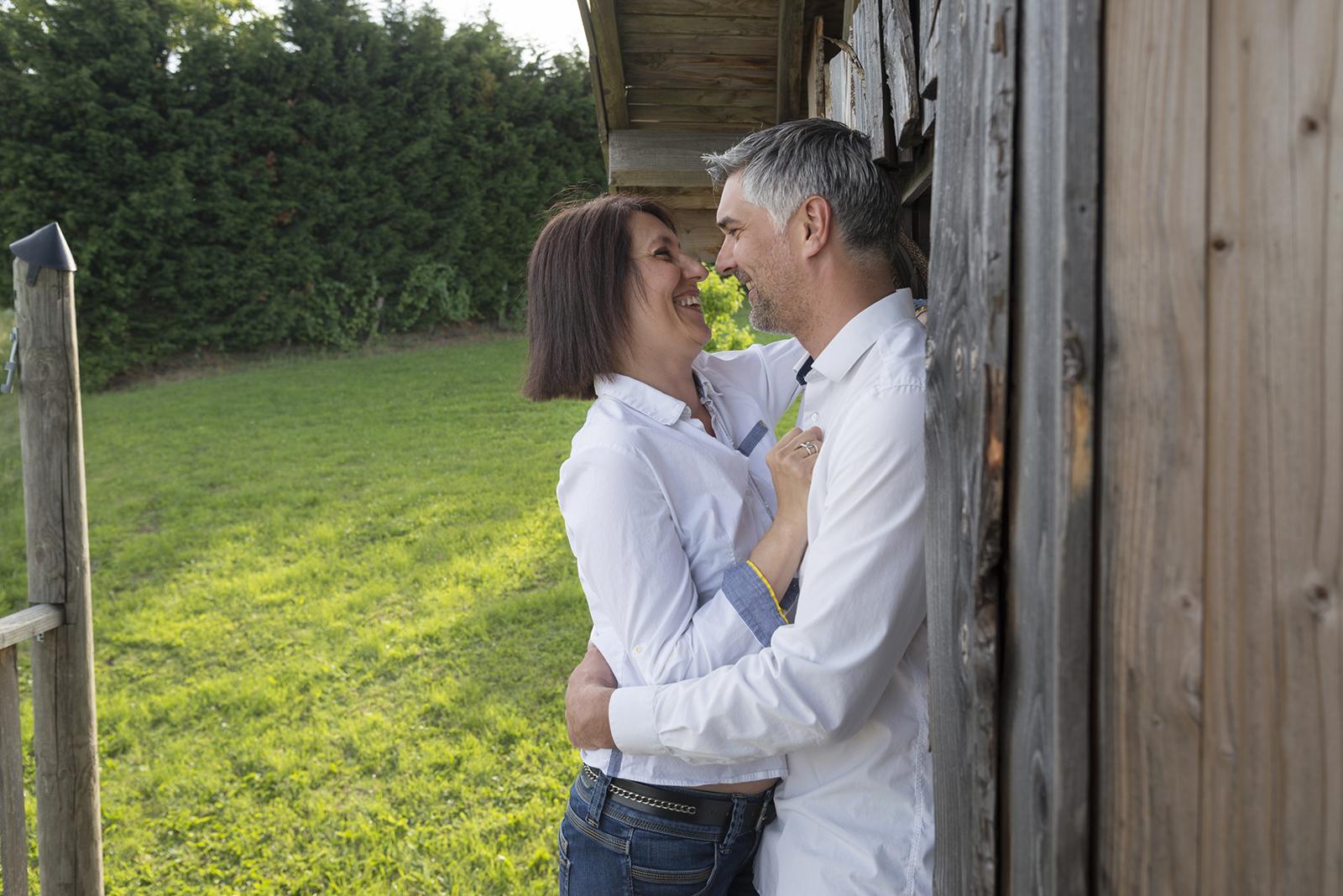 couple adossé à une cabane en bois