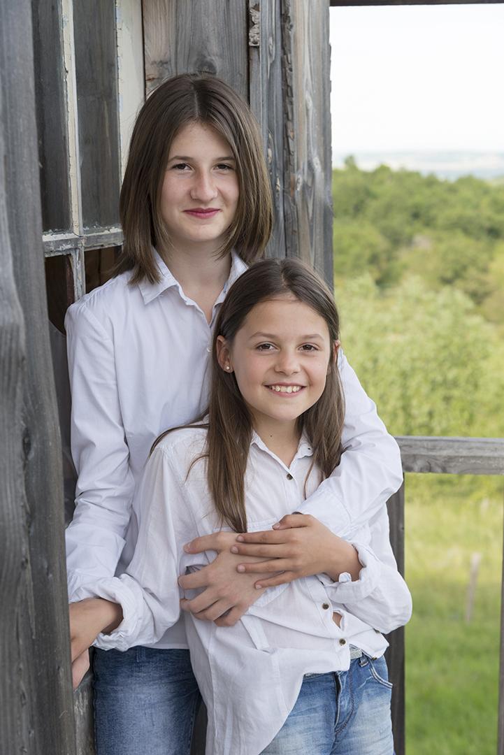 deux soeurs devant la cabane