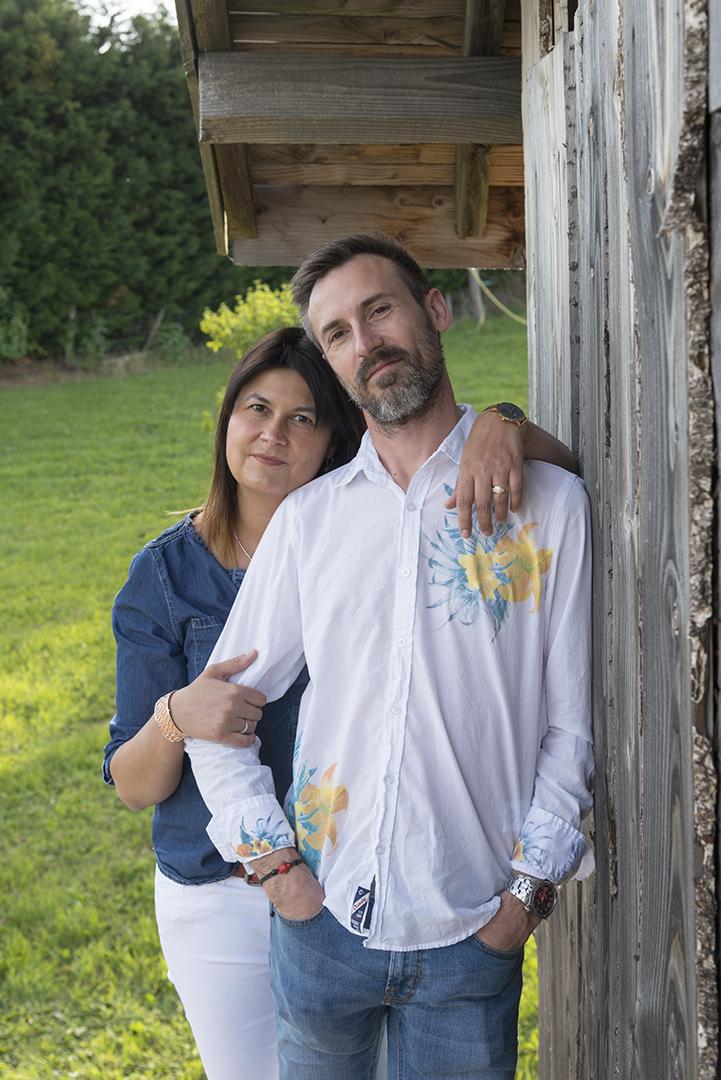 couple sur le seuil de la cabane