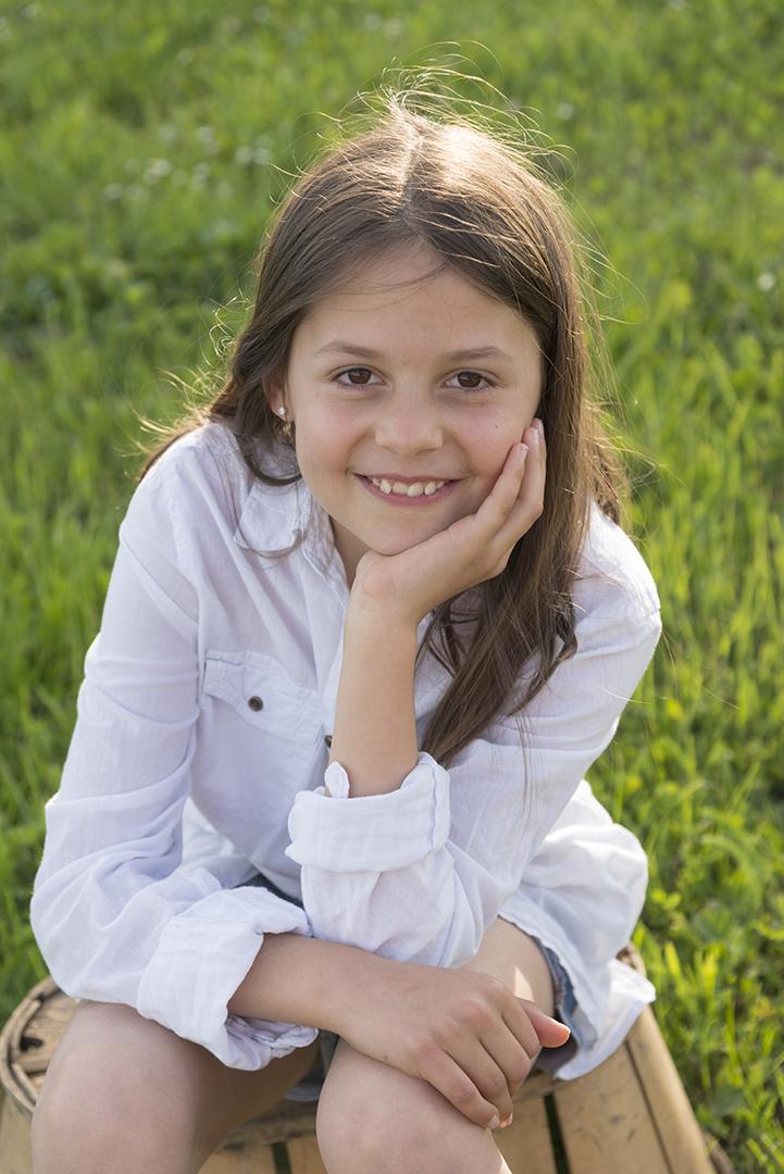 fille assise dans l'herbe