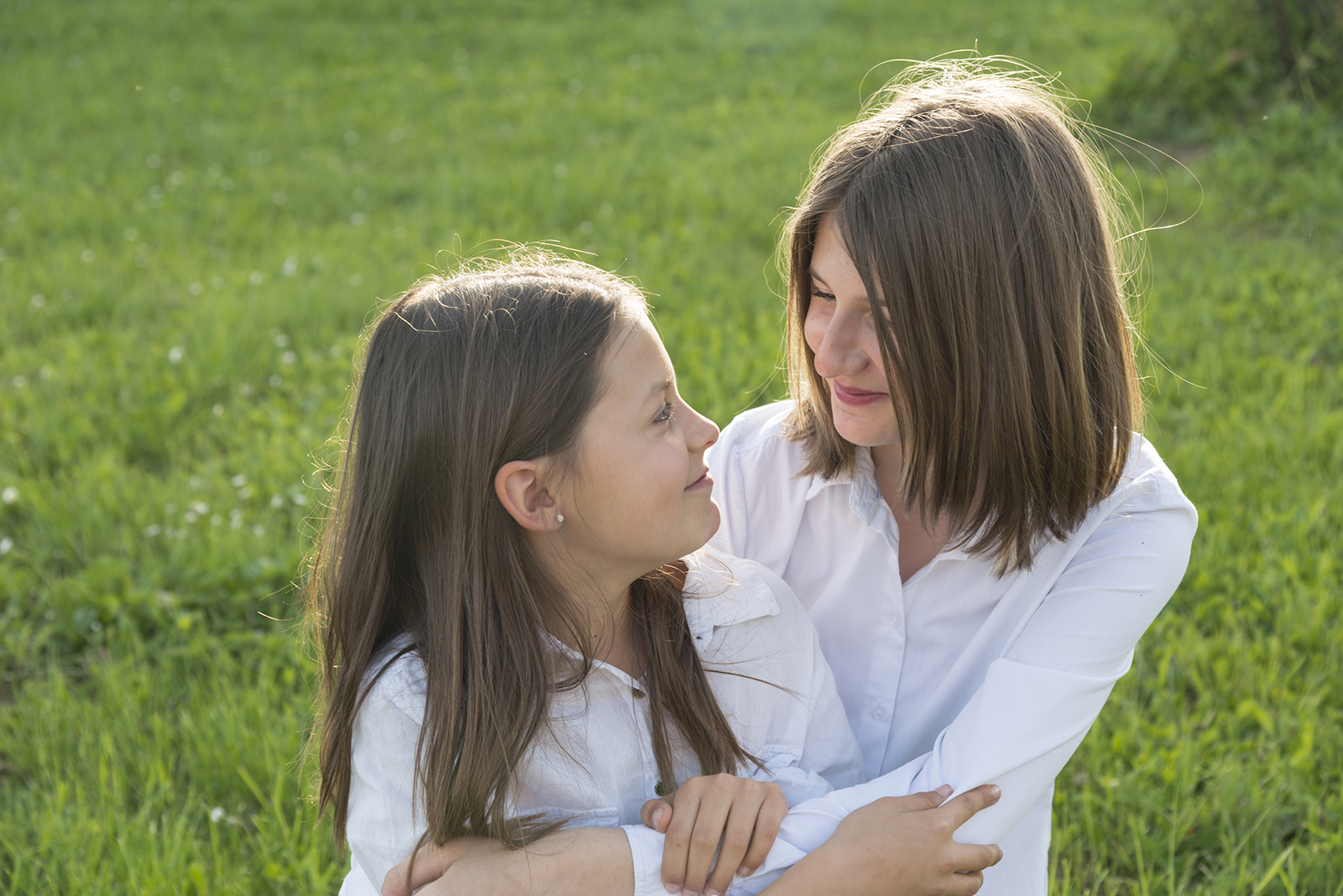 deux soeurs dans l'herbe