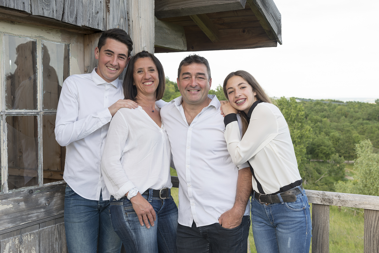 photo de famille sur la terrasse d'une cabane