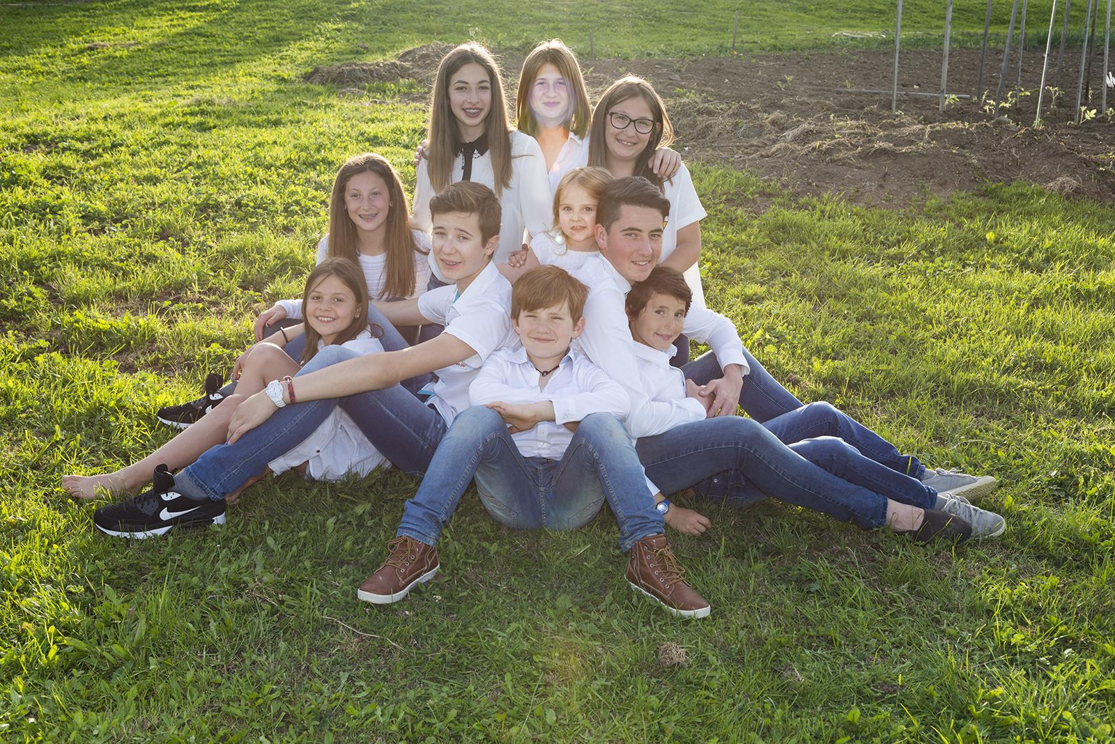 famille cousins assis dans l'herbe