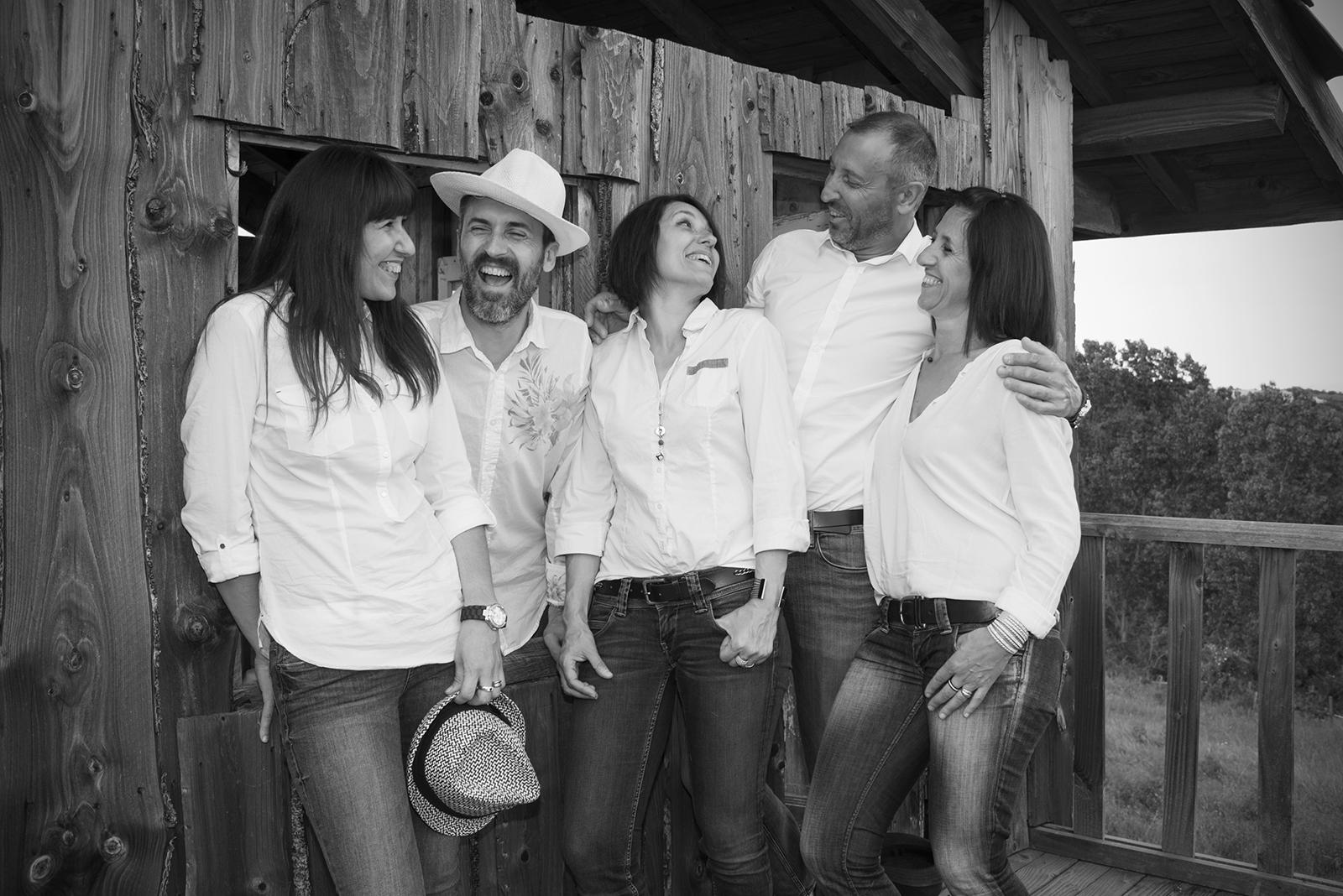 famille heureuse en noir et blanc esprit cabane