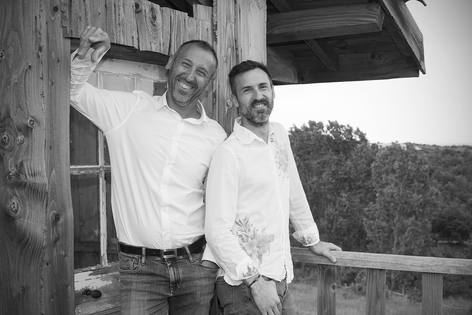 deux frères adulte en noir et blanc
