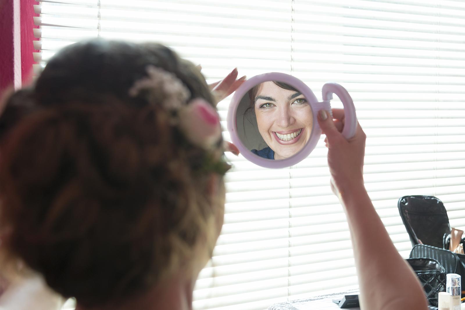 maquillage mariée qui se regarde dans un miroir