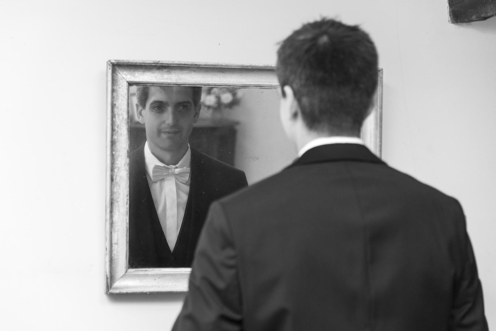 marié se regardant dans le miroir