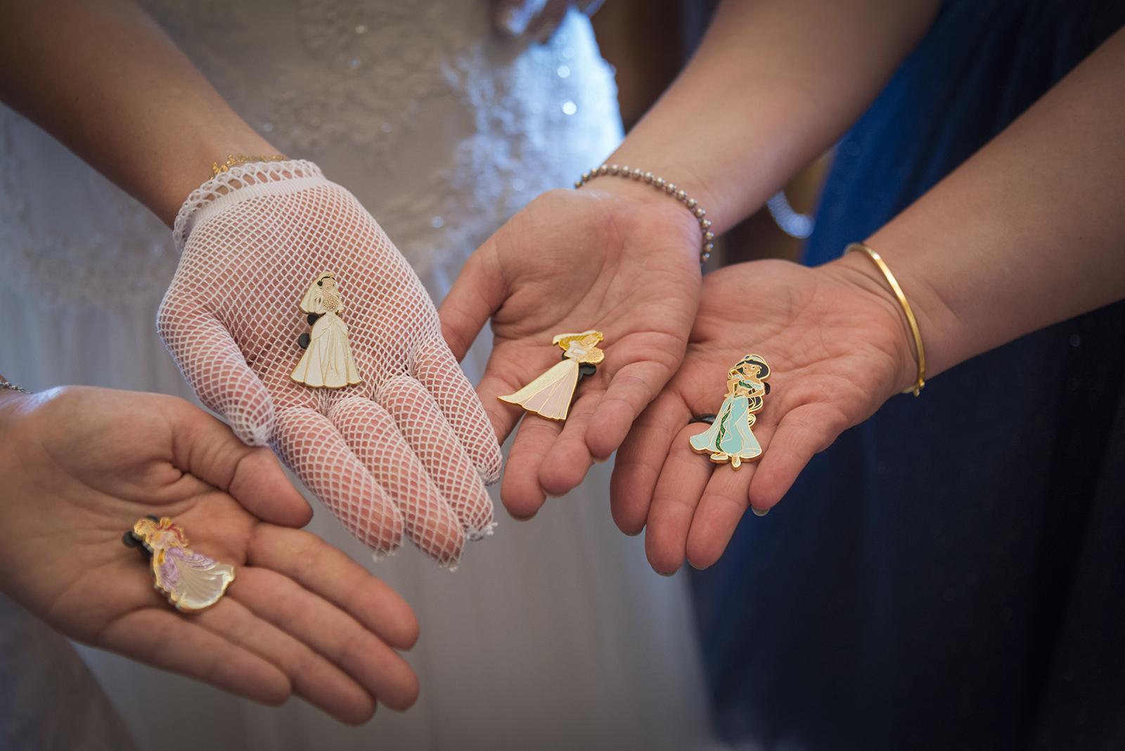 broches disney dans les mains de jeunes femmes