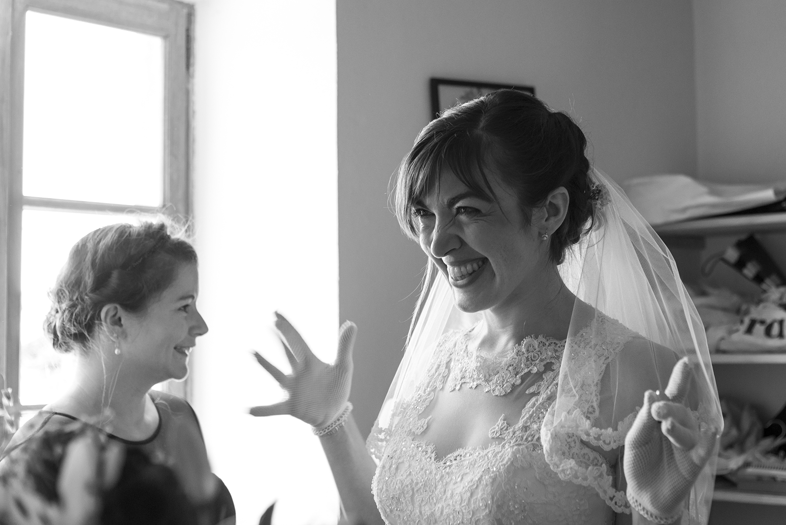 mariée heureuse pendant les préparatifs