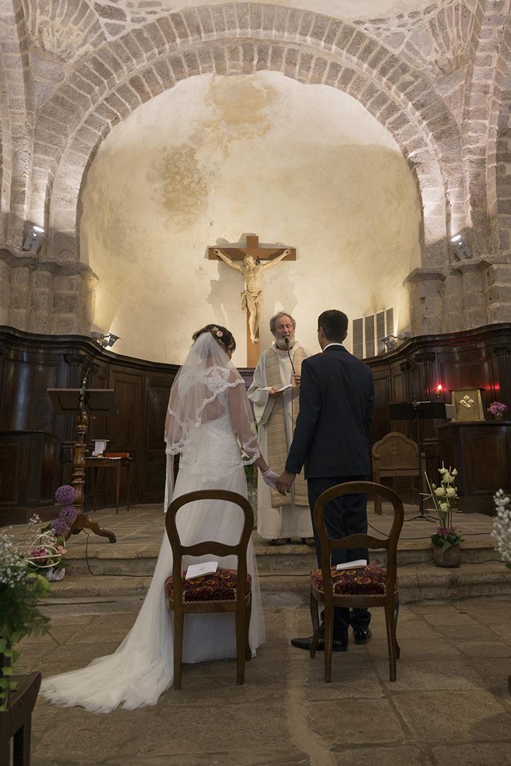 mariés de dos devant l'hotel à l'église de Saint felicien