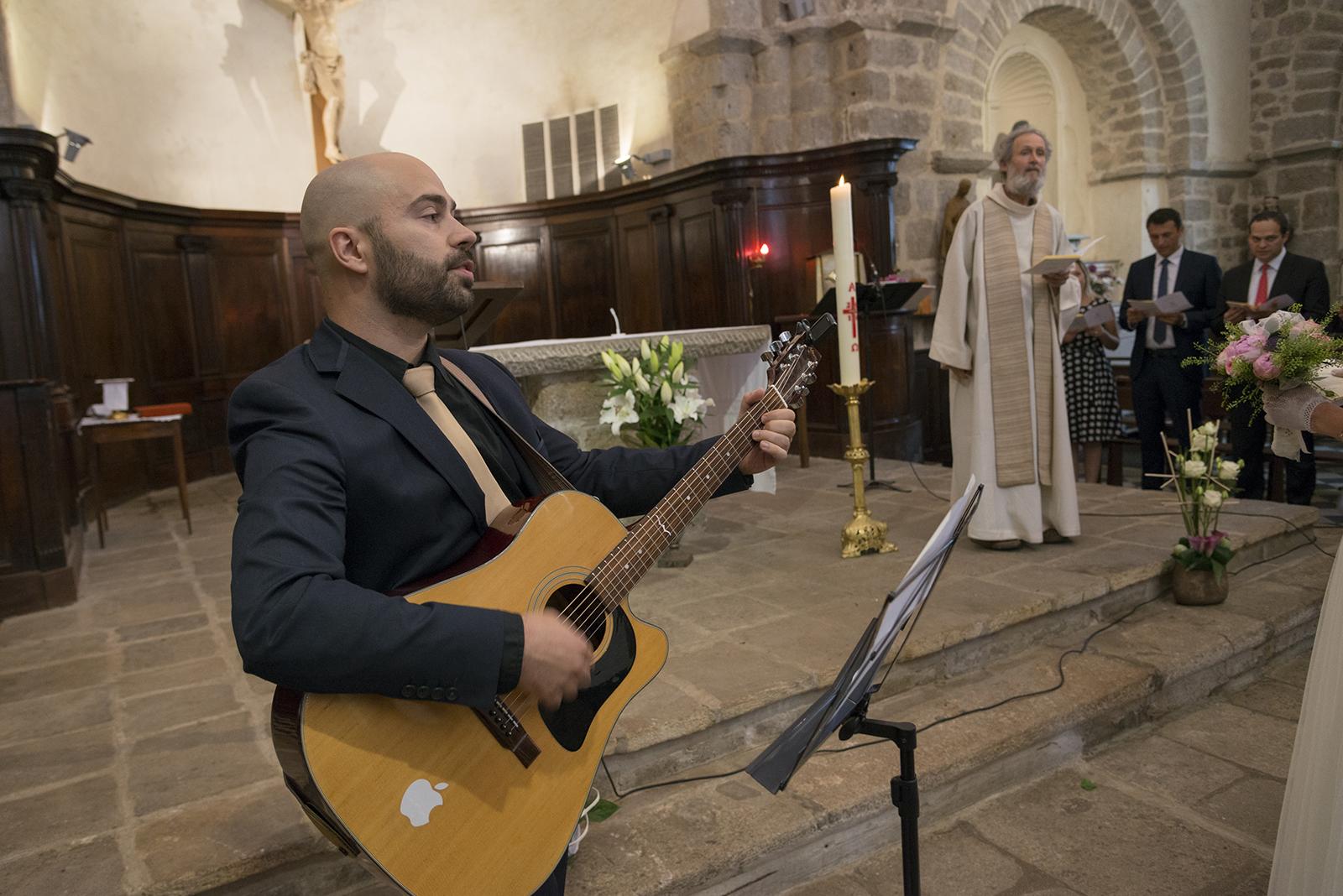 guitariste à l'église lors d'un mariage
