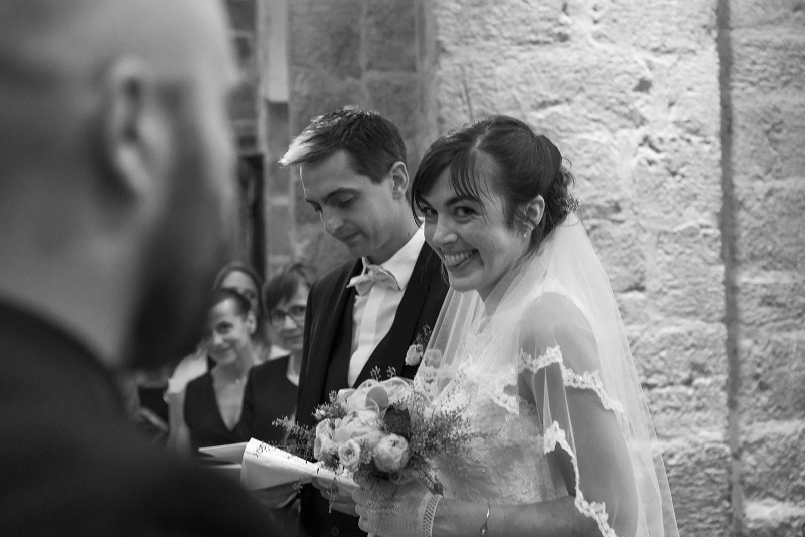 marié qui tire la langue en noir et blanc cérémonie religieuse