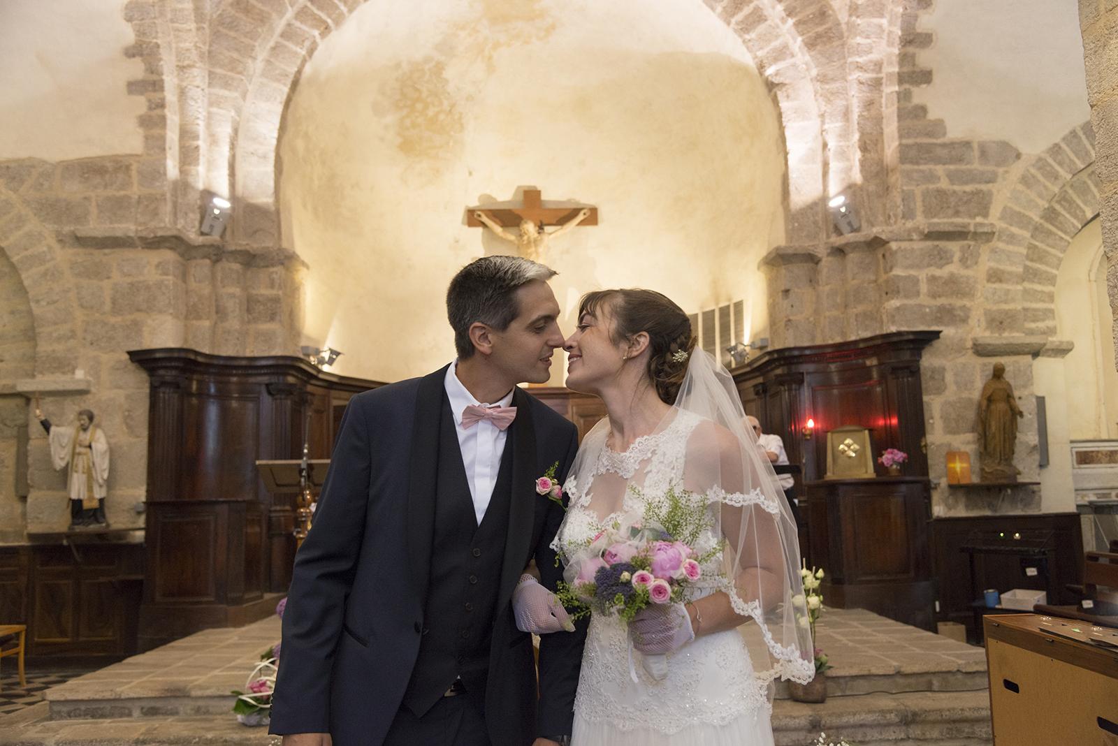 mariés baiser à l'eglise de Saint Félicien