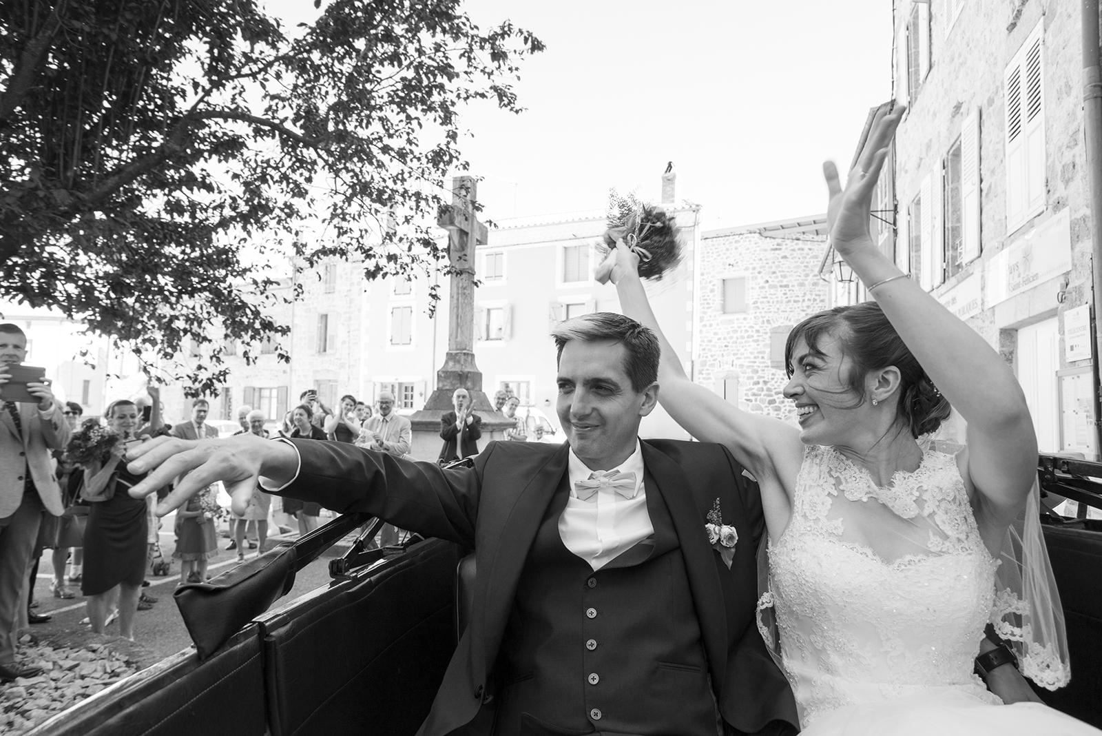 photo noir et blanc de mariés en voiture à saint felicien