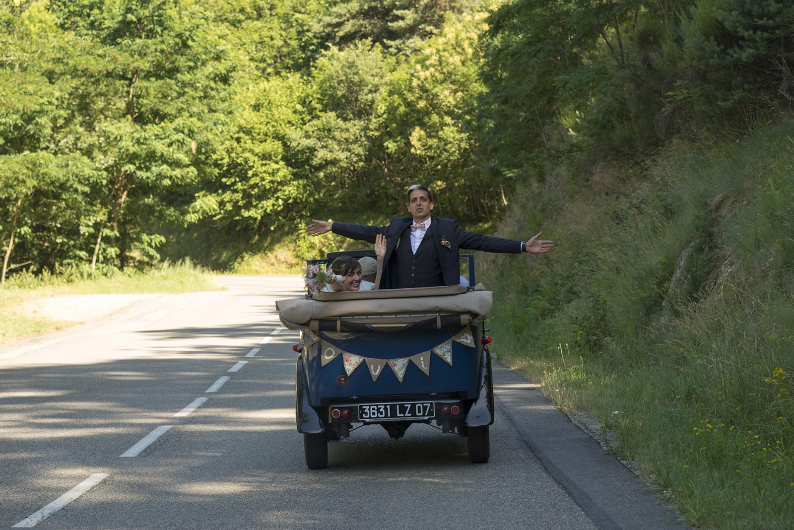 mariés en vieille voiture sur une route d'ardèche
