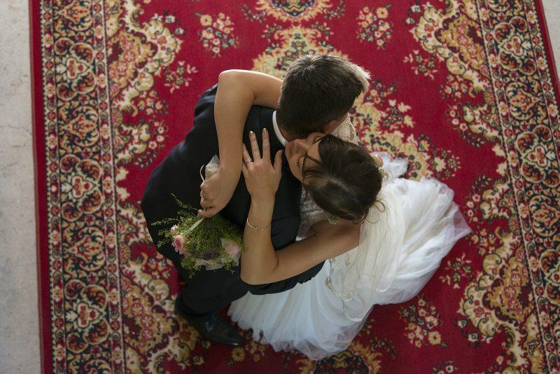 mariés vu d'en haut sur tapis persan
