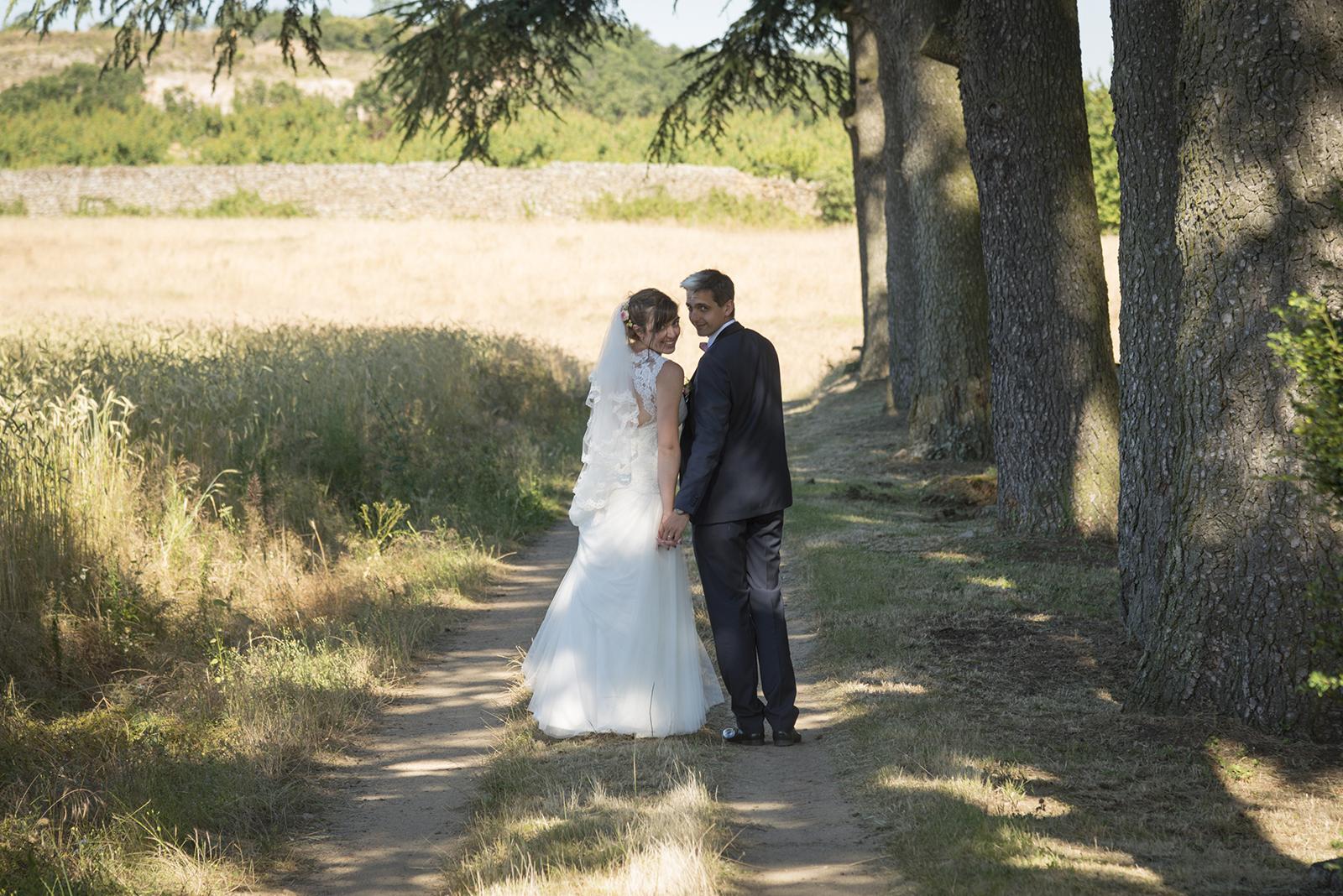 mariés sur un chemin qui se retournent à saint felicien