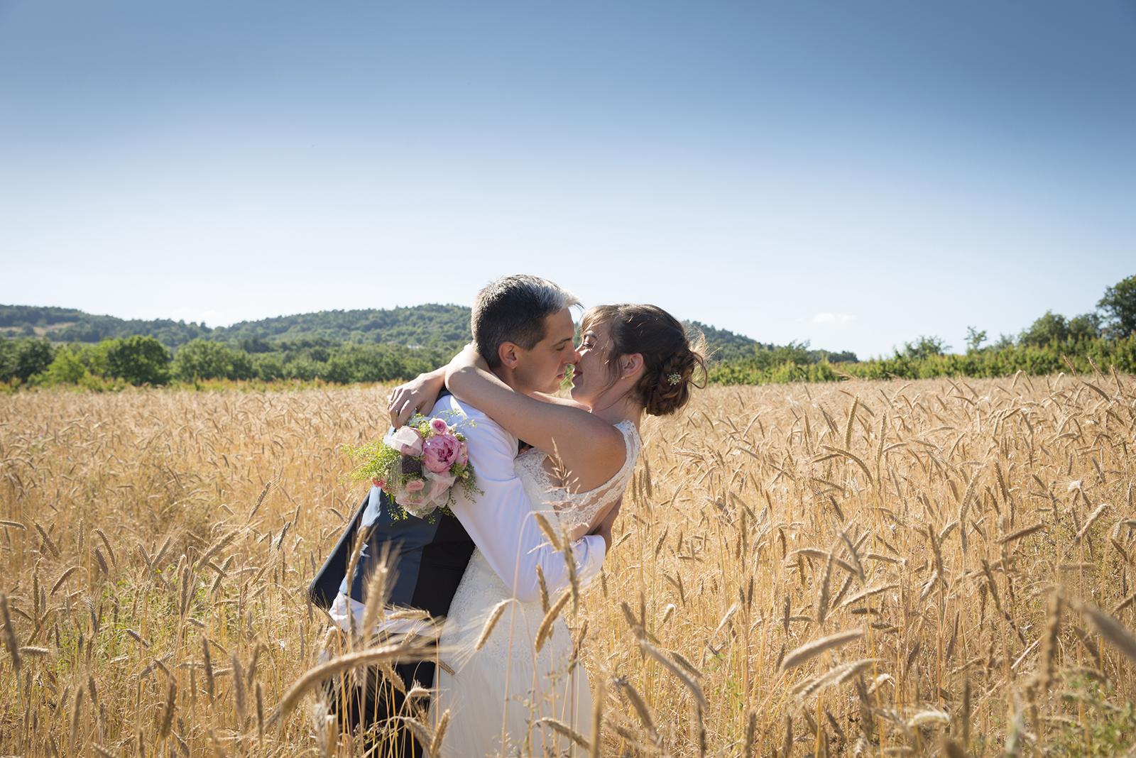 mariés dans les champs de blé à saint felicien