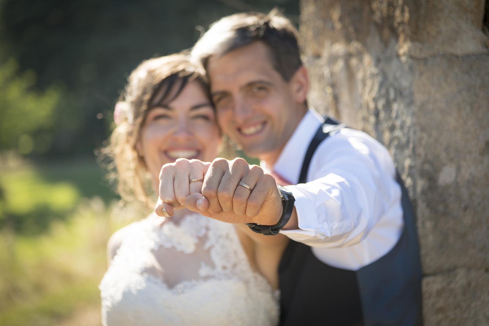 alliances des mariés sur leur main