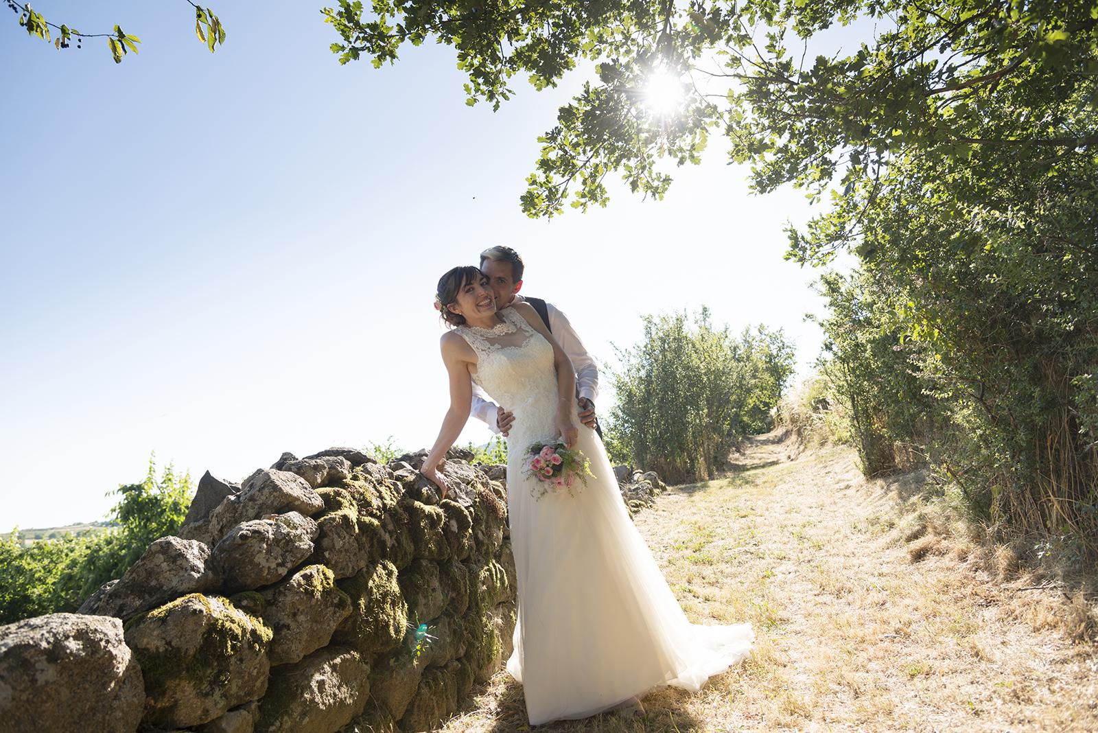 mariés sur un muret en contre jour