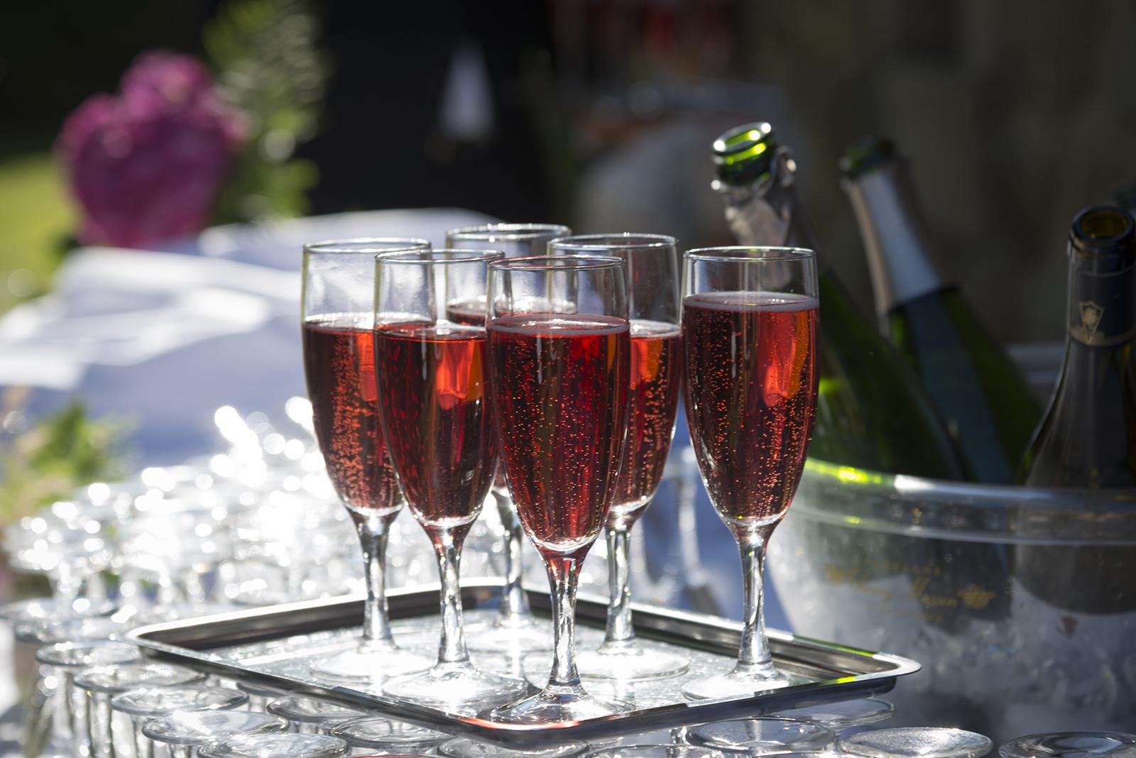 coupes de champagne rosé en contre jour