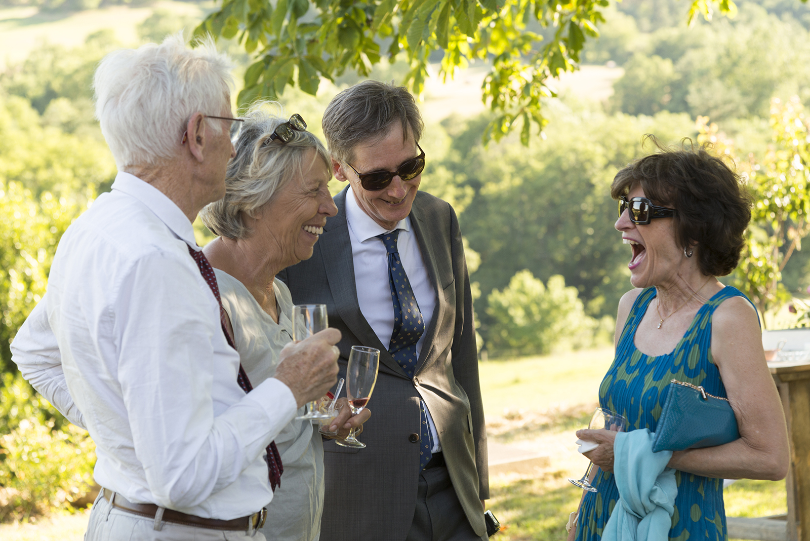 invités qui rient à un mariage