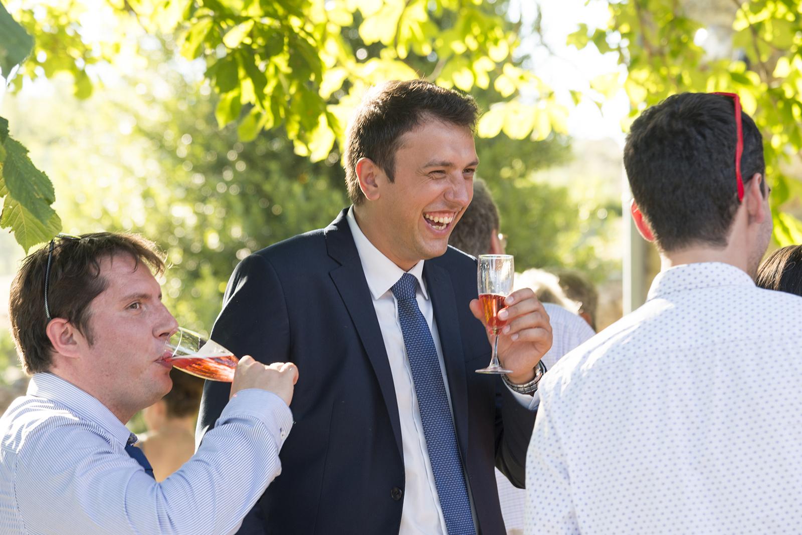 invités qui boivent du champagne à un mariage