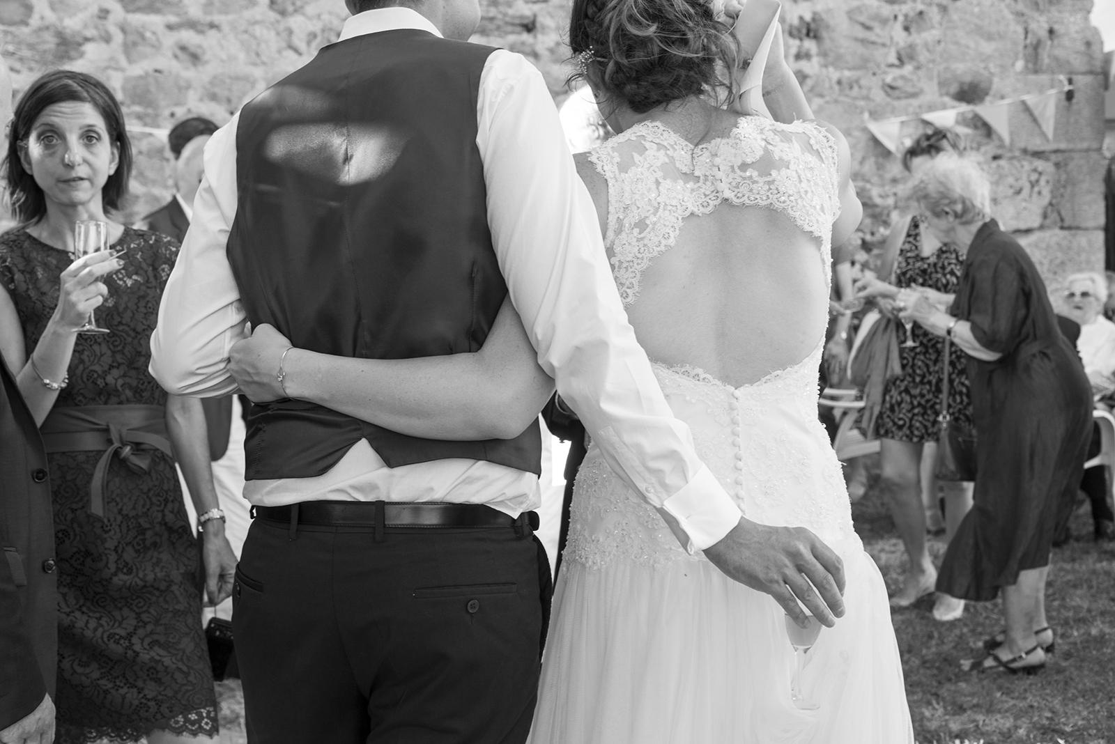 mariés de dos pendant le cocktail
