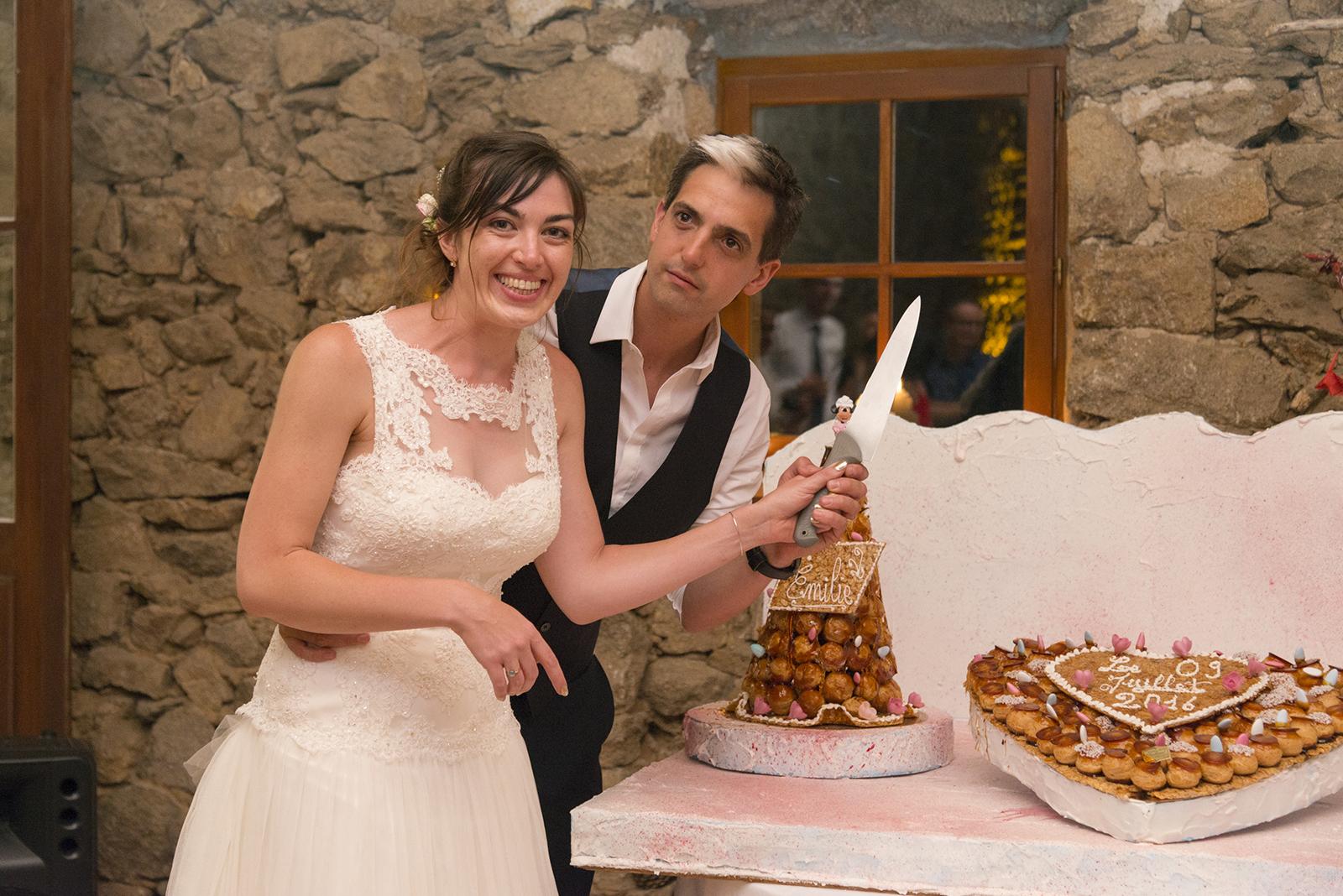 Mariés qui coupent leur pièce montée mariage