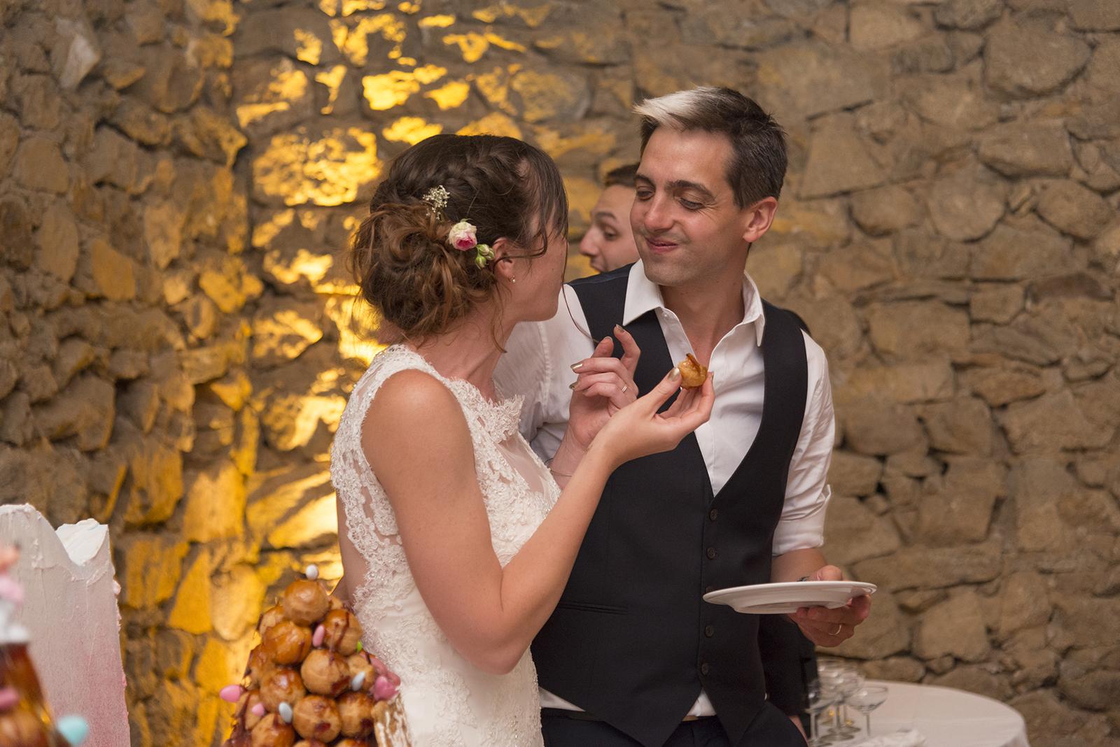 mariés qui mangent leur pièce montées