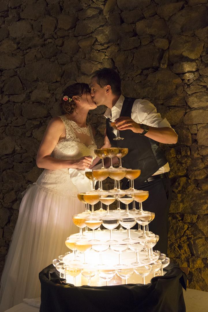 cascade de champagne et mariés qui s'embrassent