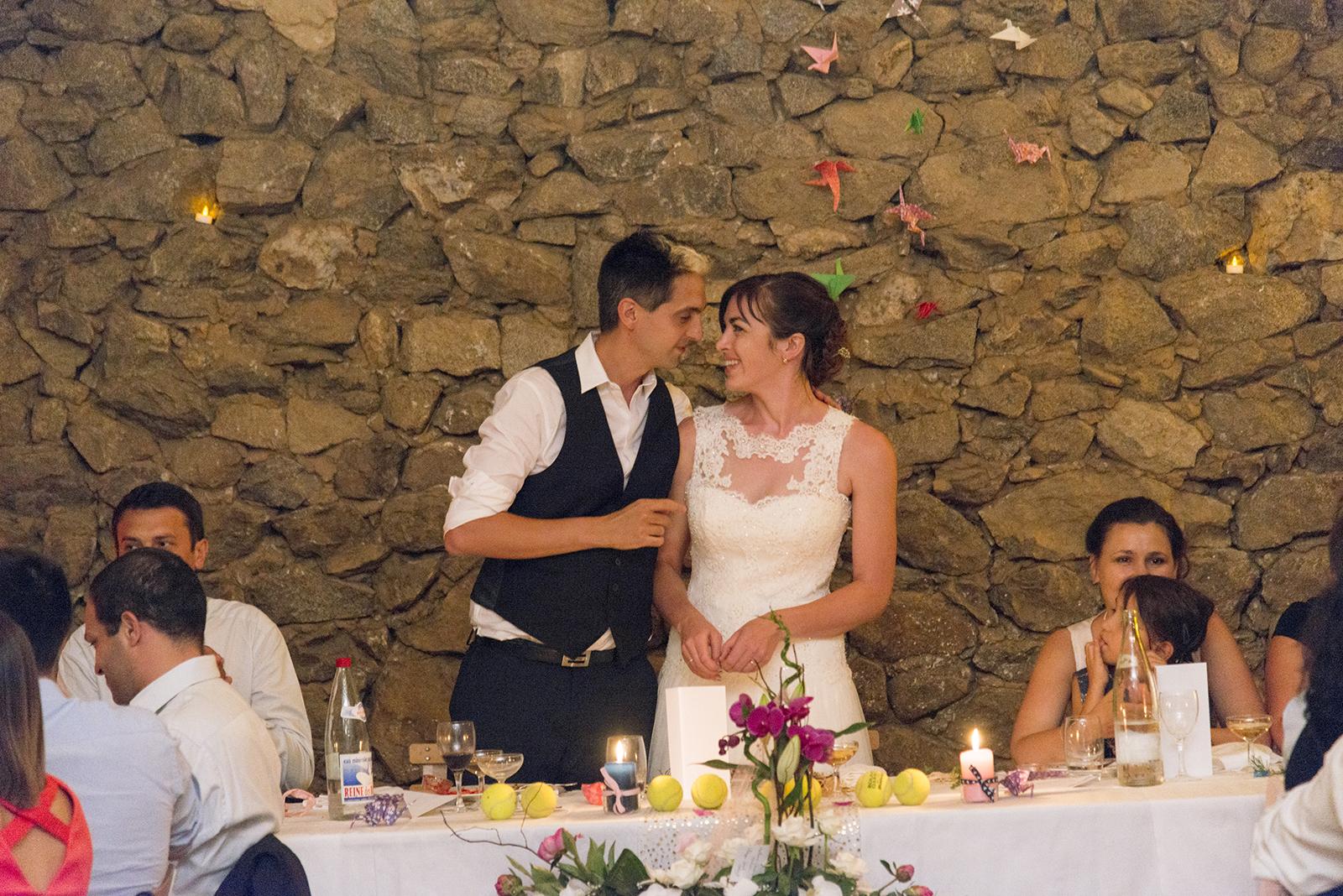 mariés buffets de gateaux dans une grange à Saint Félicien