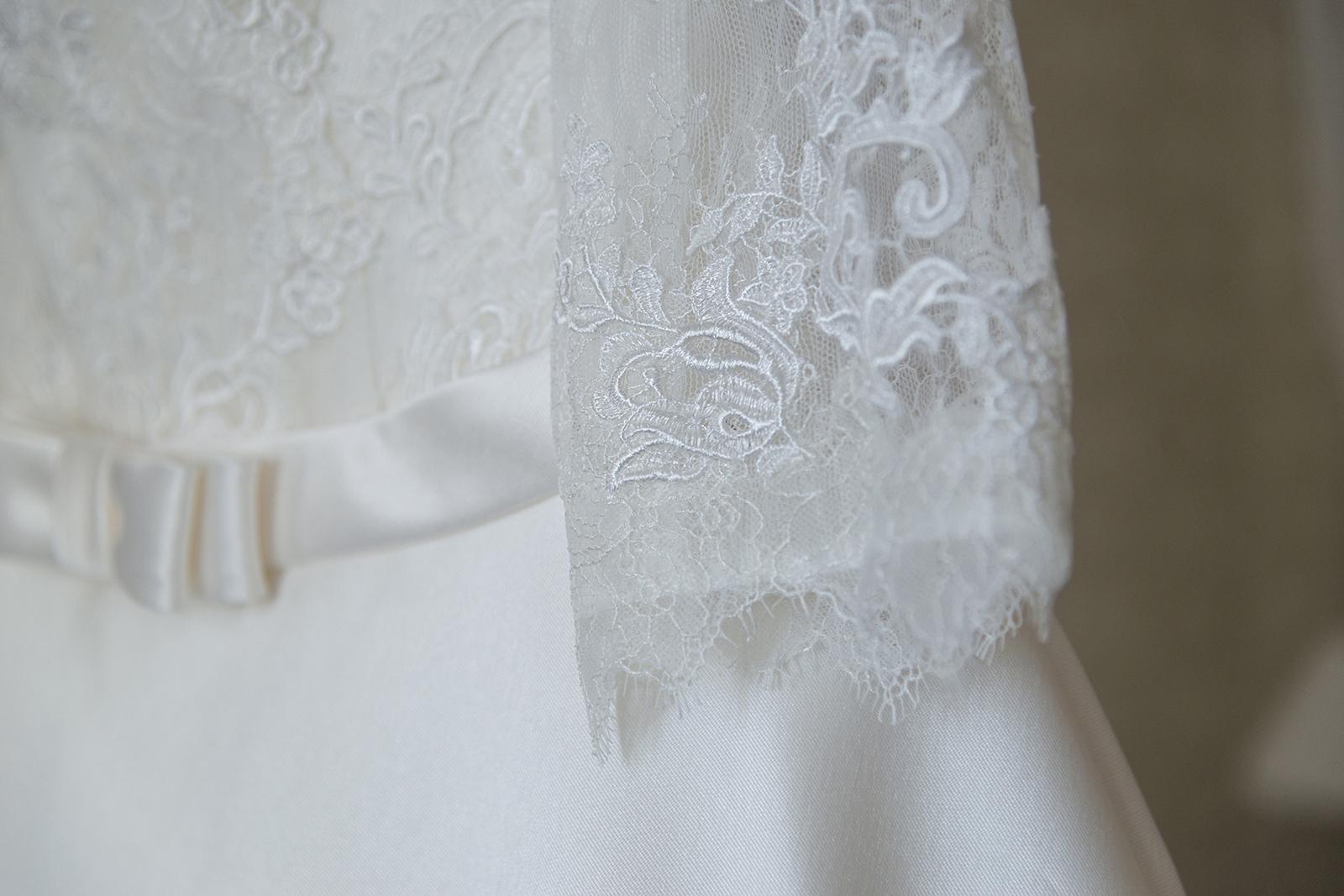 detail dentelle robe de mariée pronovia au château des Gaudras à Roiffieux