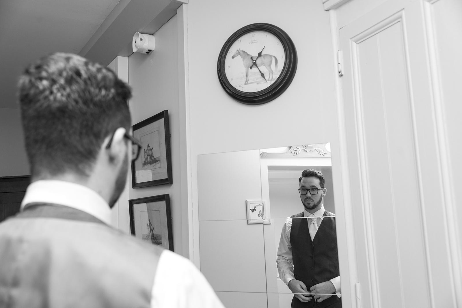 préparatif marié photo noir et blanc