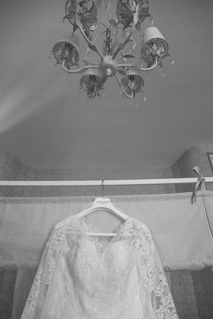 Photo noir et blanc robe de mariée sur lit à baldaquin