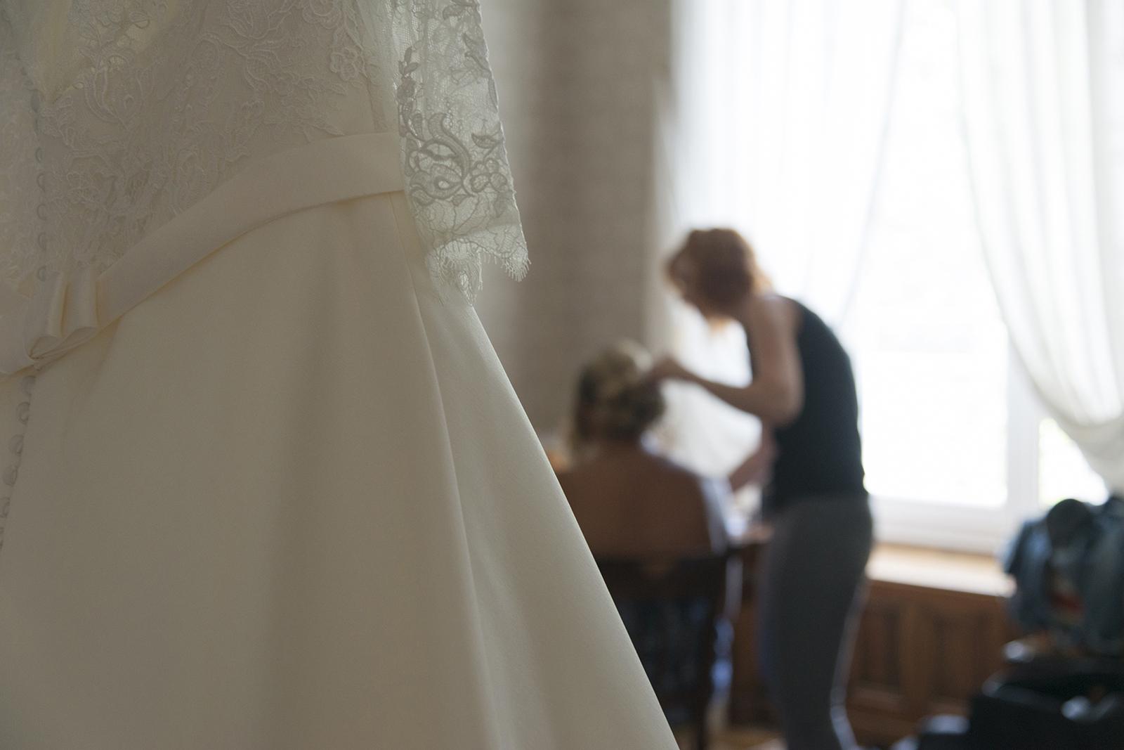 préparatif mariée détails robe au château des Gaudras à Roiffieux