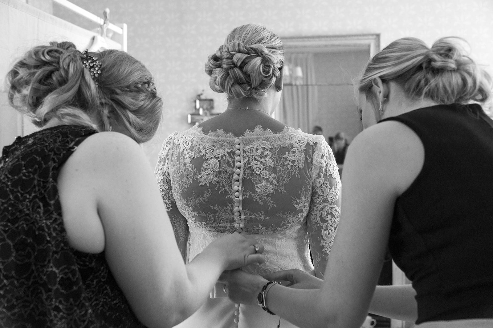 préparatifs mariés de dos