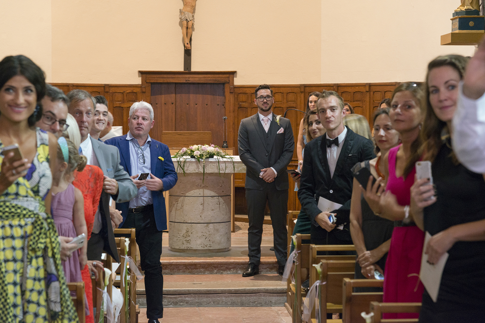 marié a l'église attendant la mariée