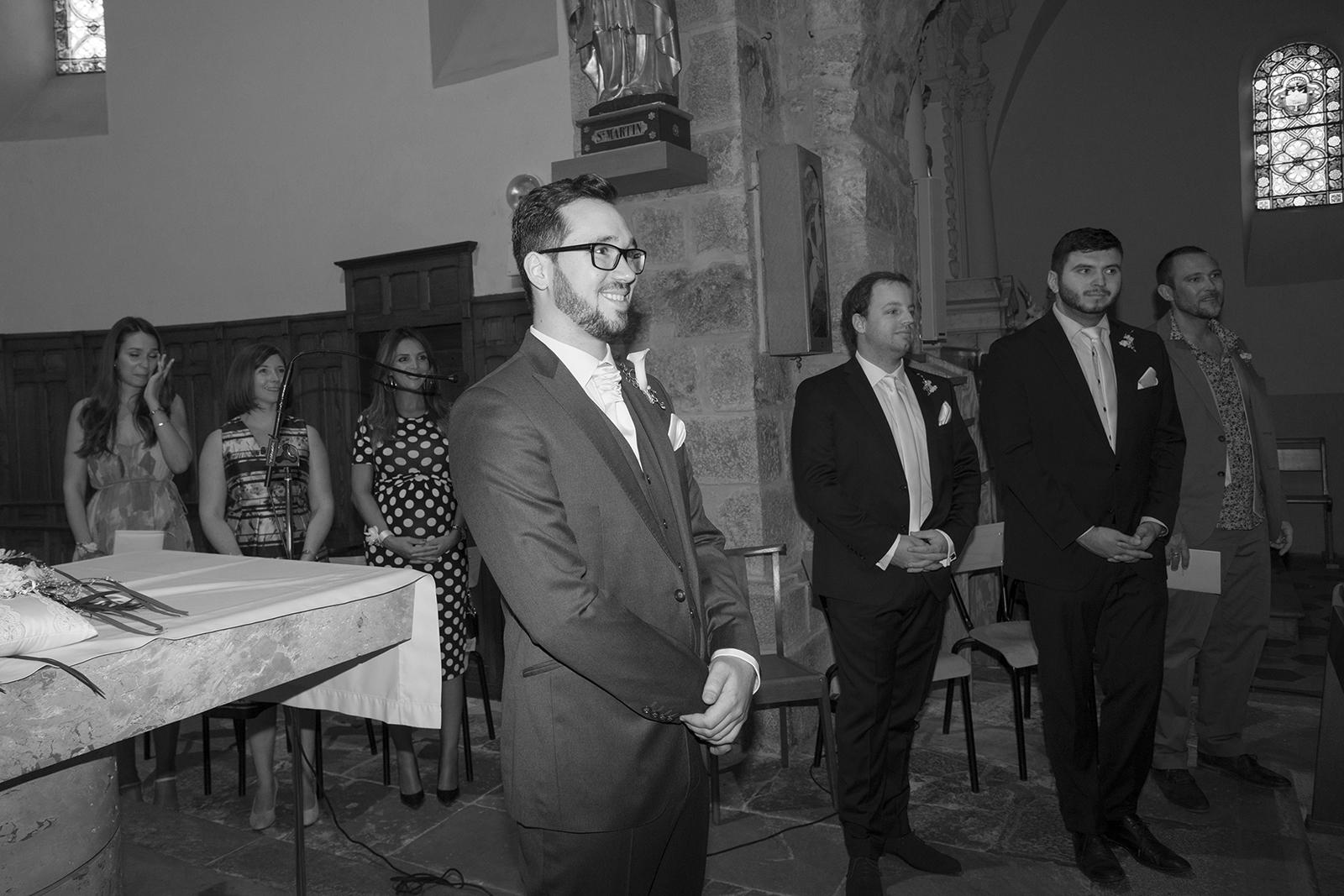 photo noir et blanc du marié qui attend la mariée à l'église