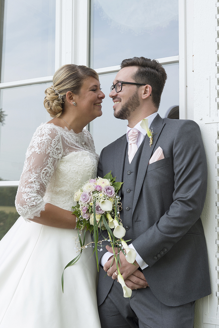 couple mariés devant une porte du château des Gaudras à Roiffieux