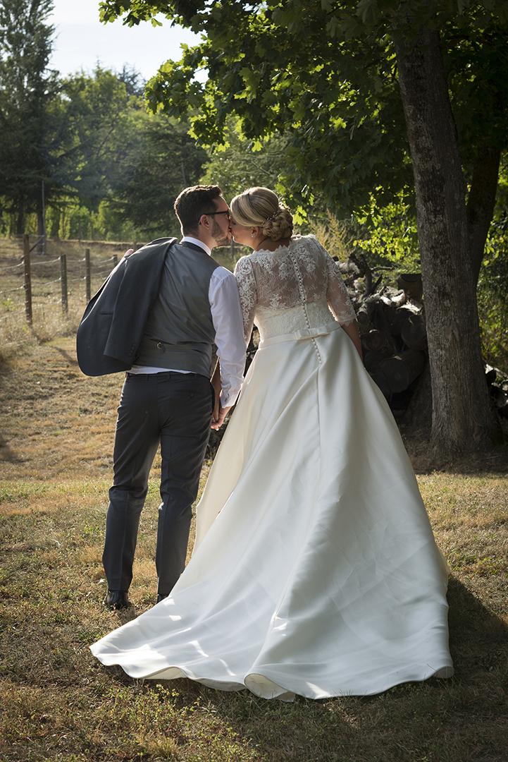 photo de couple mariés de dos au château des Gaudras à Roiffieux