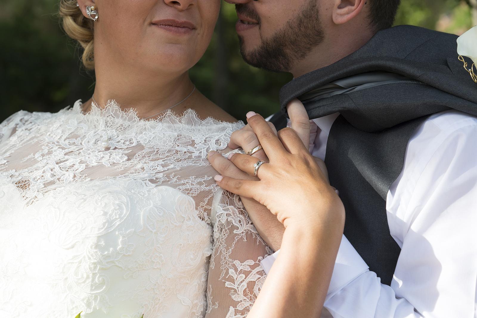 couple mariés alliances au château des Gaudras à Roiffieux
