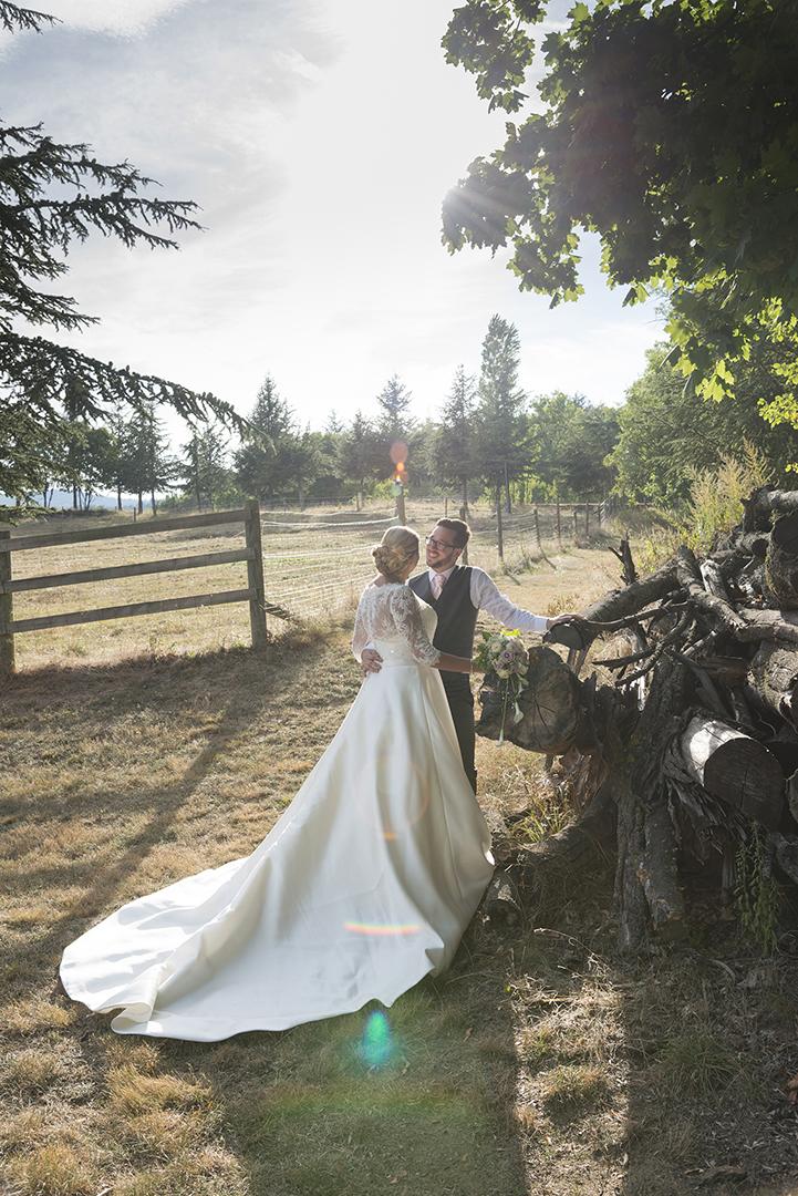 mariés au coucher du soleil tas de bois
