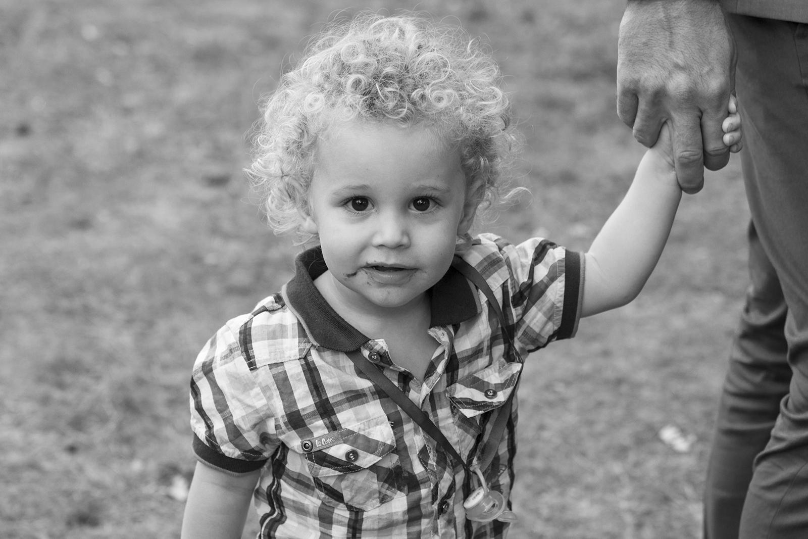enfant en noir et blanc avec moustache de chocolat