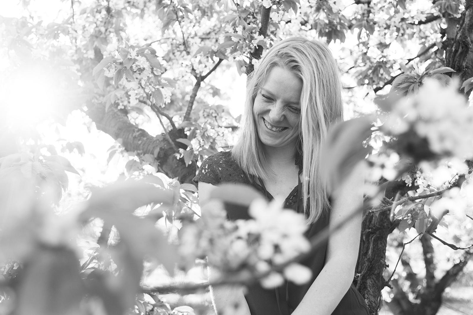 jeune fille dans un cerisier