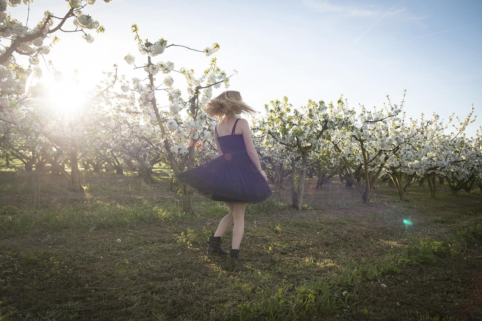 jeune fille dans les vergers en fleurs